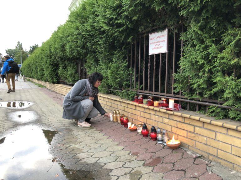 Anna-Maria Żukowska zapaliła znicz pod siedzibą straży granicznej w Warszawie